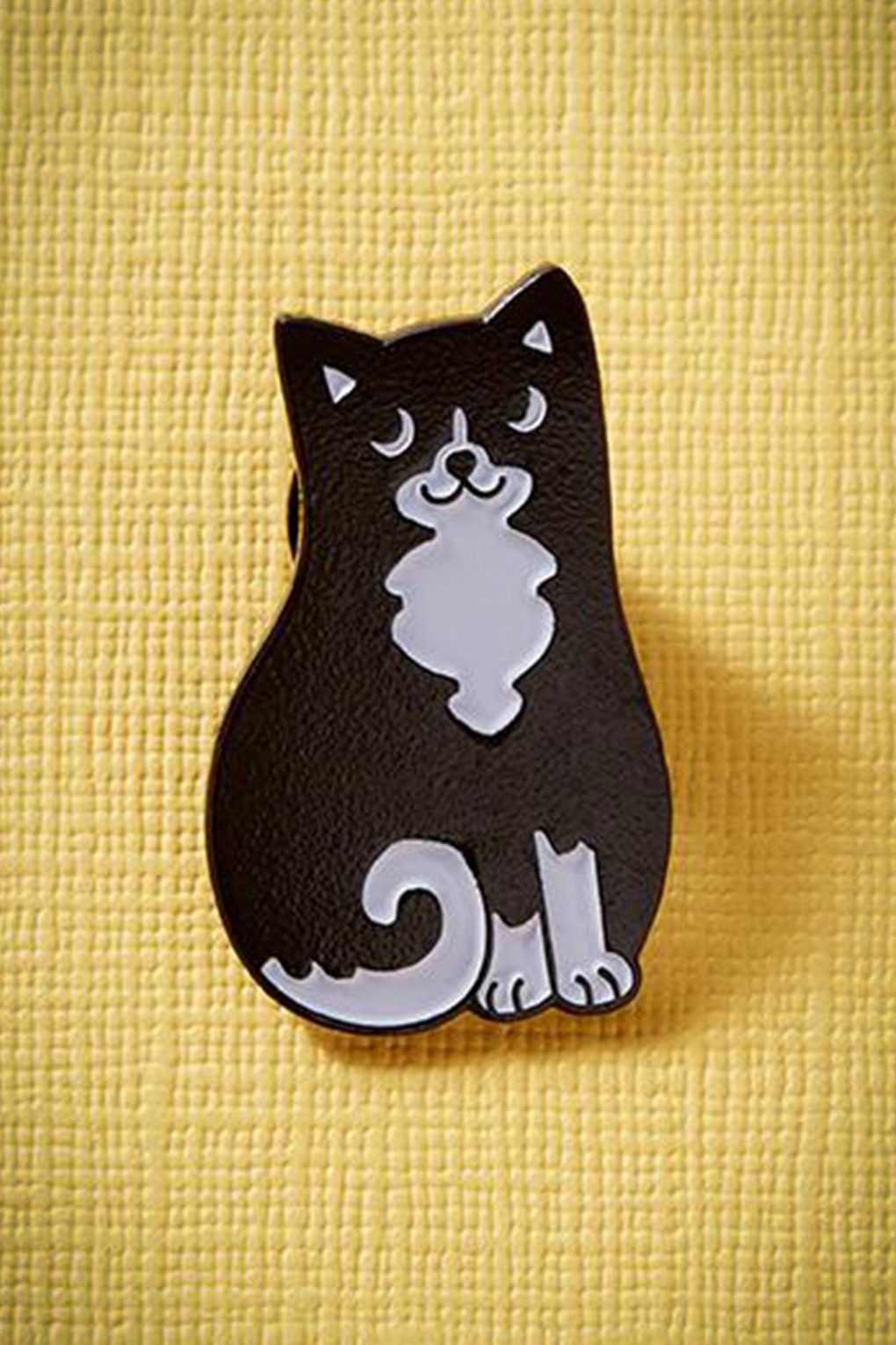 1960s Costume Jewelry – 1960s Style Jewelry 60s Black and White Cat Enamel Pin £8.05 AT vintagedancer.com