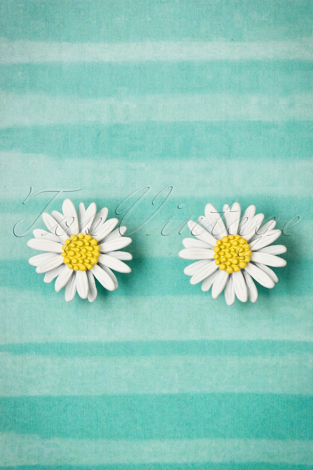 Vintage Style Jewelry, Retro Jewelry 60s Cute As A Daisy Stud Earrings in White £8.75 AT vintagedancer.com