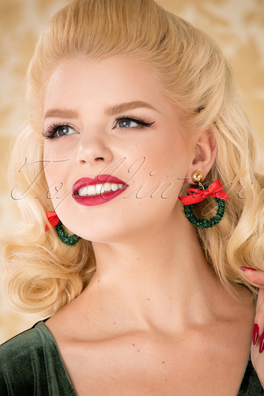Vintage Style Jewelry, Retro Jewelry 50s Christmas Wreath Earrings in Green £11.54 AT vintagedancer.com