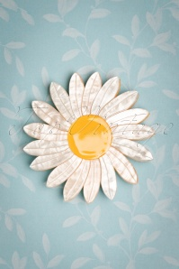 60s She Loves Me Daisy Brooch