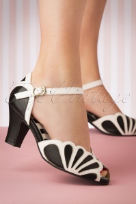 20s Ava Fly Sandals in Black and White