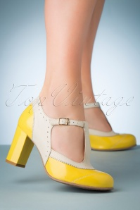 La Veintinueve 60s Ada Pumo Leather T-Strap Pumps in Yellow