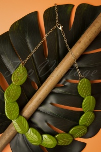 TopVintage Exclusive ~ 40s Alder Carved Leaves Necklace in Green