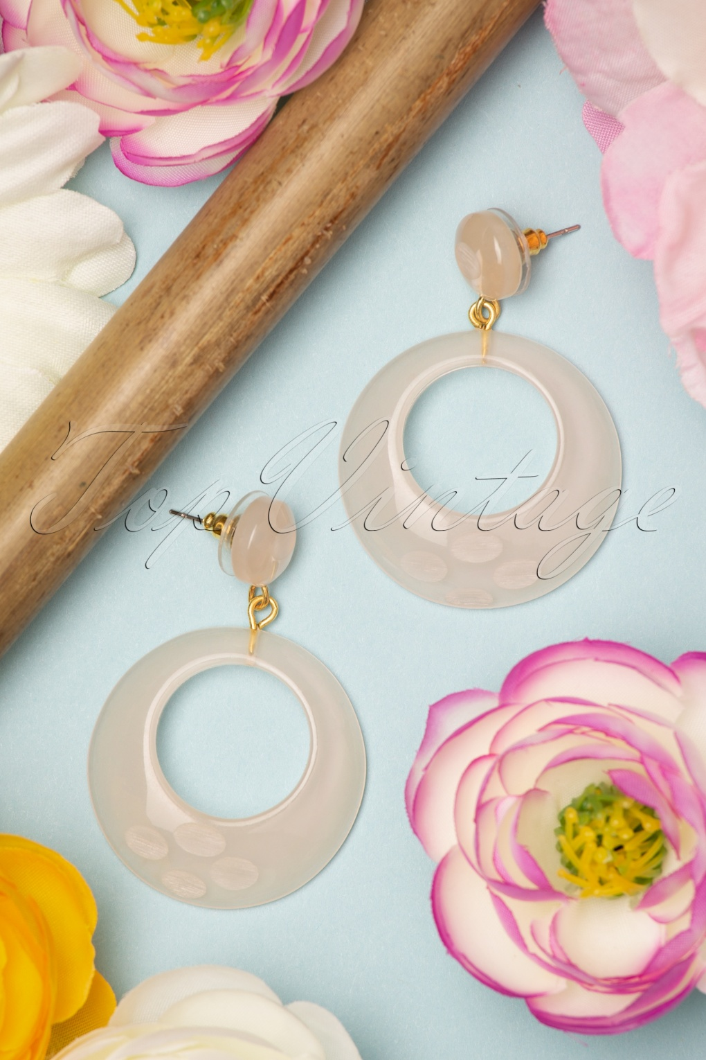 1950s Jewelry Styles and History TopVintage Exclusive  50s Coconut Fakelite Drop Hoop Earrings in Milky Off White £11.60 AT vintagedancer.com