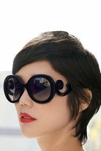 Baroque Swirl Arms Sunglasses en Noir