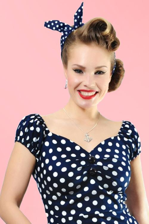 Collectif Clothing Navy White Pin up Polka Bandana 208 39 13310 1met achtergrond